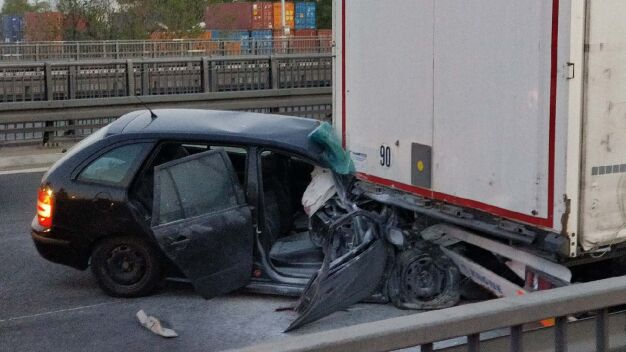 Wypadek na S8. Auto wbiło się w naczepę ciężarówki