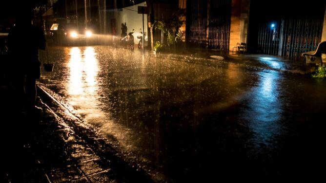 Noc i poranek z intensywnym deszczem. Ostrzeżenia pierwszego stopnia
